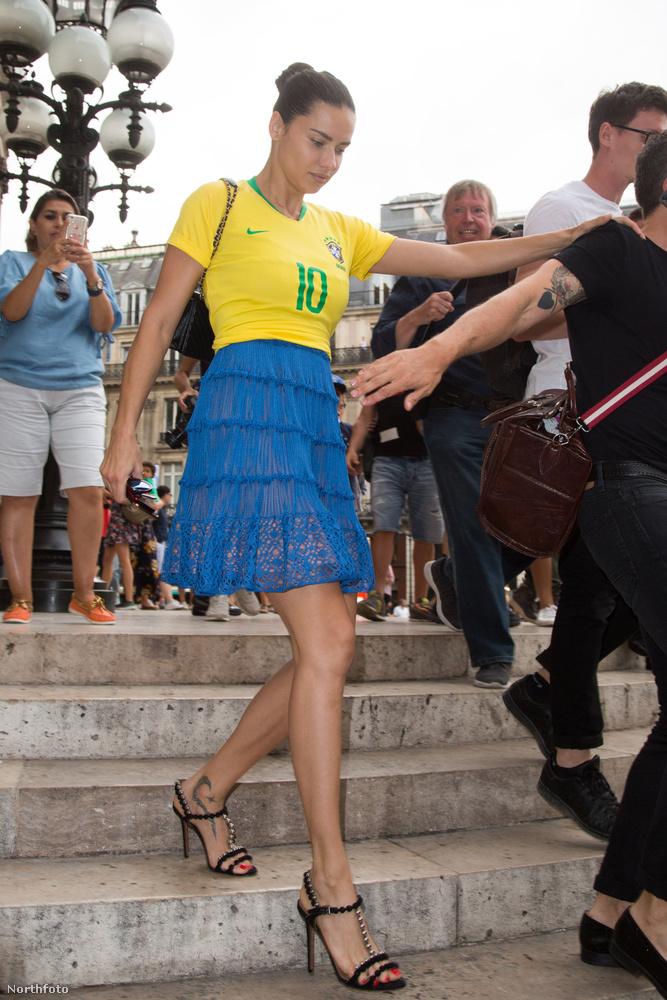 Lehet két esemény távolabb egymástól a szó szinte összes értelmében, mint az oroszországi focivébé és a párizsi haute couture divathét? És mégis, a kettő dolog összeért hétfőn, amikor a fotósok elkapták Adriana Limát munkába menet.
