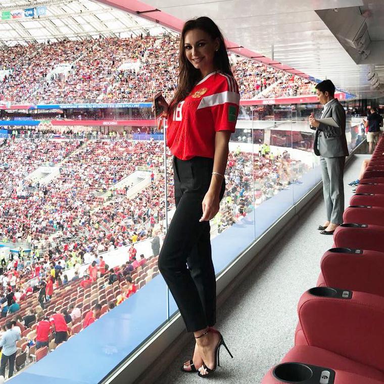 Üdvözöljük a focistafeleségeket bemutató sorozatunk legfrissebb részében! Most a fotón látható orosz szurkolót fogjuk bemutatni önnek, aki nem összetévesztendő a vb legszexibb drukkerével, a szintén orosz Natalja Nemcsinovával