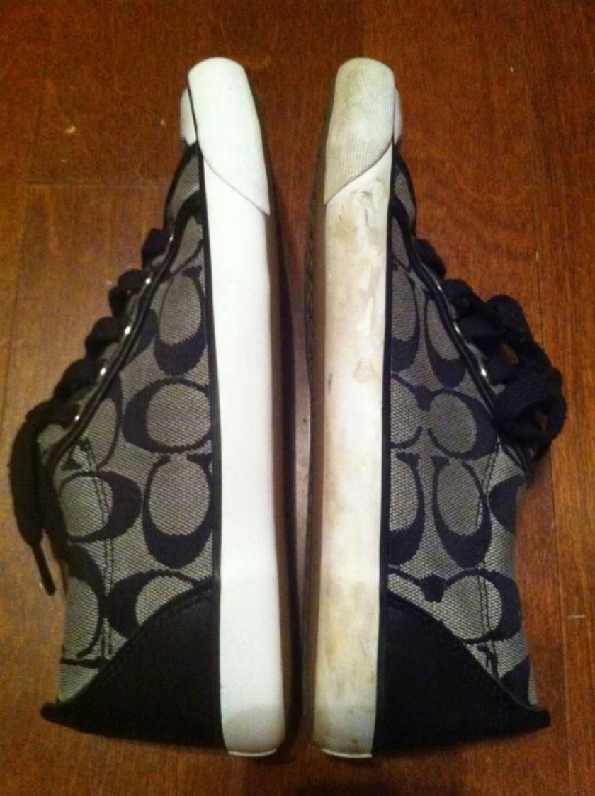 Az első cipőt körömlakklemosóval tisztították meg.