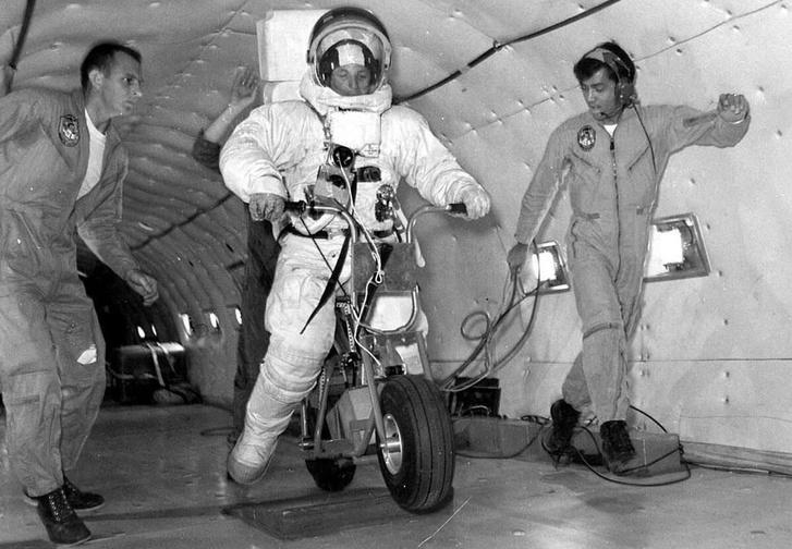 A NASA prototípusa egy repülő belében, csökkentett gravitációs próbaúton
