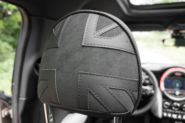 Némi felárért cserébe az autón számos helyen feltűnik a brit zászló