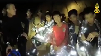 Videón üzentek a thai barlangban rekedt gyerekek