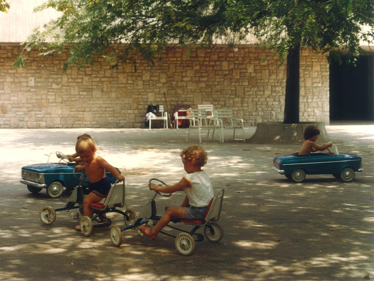 A kor nagy találmány volt a KRESZ-park, melyekkel egy időben szerte az országban lehetett találkozni. Kár, hogy kimentek a divatból, mert a gyerekek ma is szeretnek vezetni, a KRESZ pedig még ma is érvényben van. Persze a játékhoz nem kell minden áron kiépített pálya, megteszi néhány szék is.