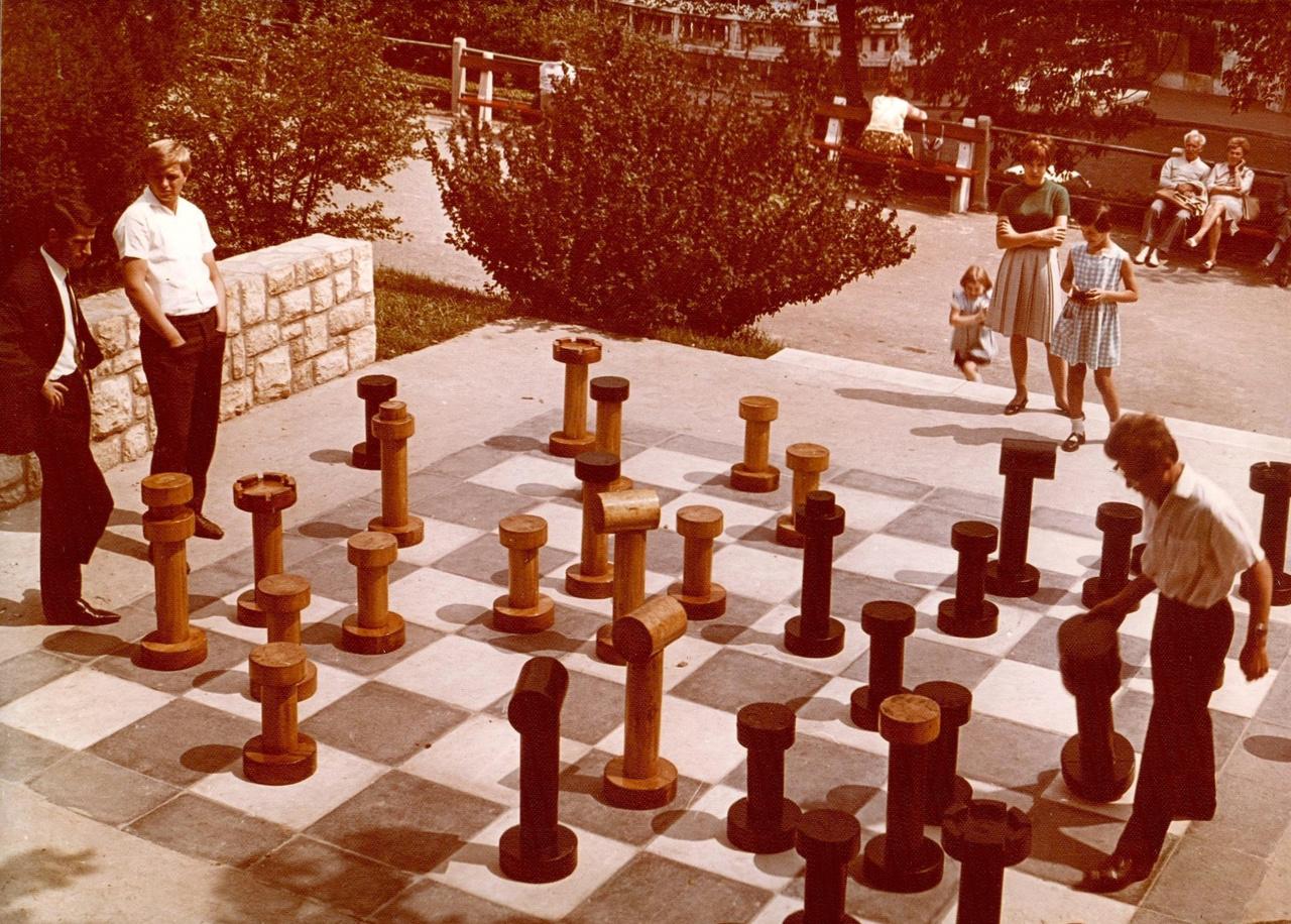 A Gellért-hegy viszont mindig is tele volt jó megoldásokkal. A már említett Lovacskák mellett ott volt a Jubileumi parkban a hatszögkert, a víztározó felszíni kialakítása, a sziklakert, a kancsós park vagy épp a képen látható óriás sakktábla. Fontos és szerethető alkotások kerültek ide a későbbi évtizedekben is, elég csak a Filozófusok kertjére gondolni. Nem véletlen, hogy a Főkert is épp azzal ünnepelte tavaly a 150. születésnapját, hogy teljesen újjávarázsolták a csúszdás játszóteret.