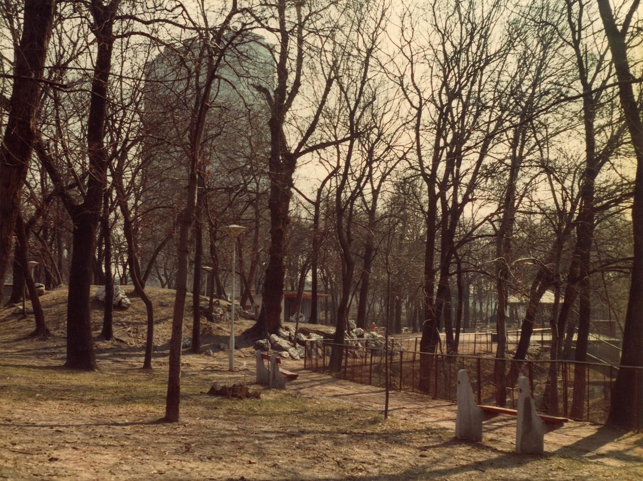 Itt sem engedhették el a fantáziájukat a tervezők: az Orczy kertbe is csak piros deszkájú, betonlábas padok és tölcsér alakú lámpák jutottak.