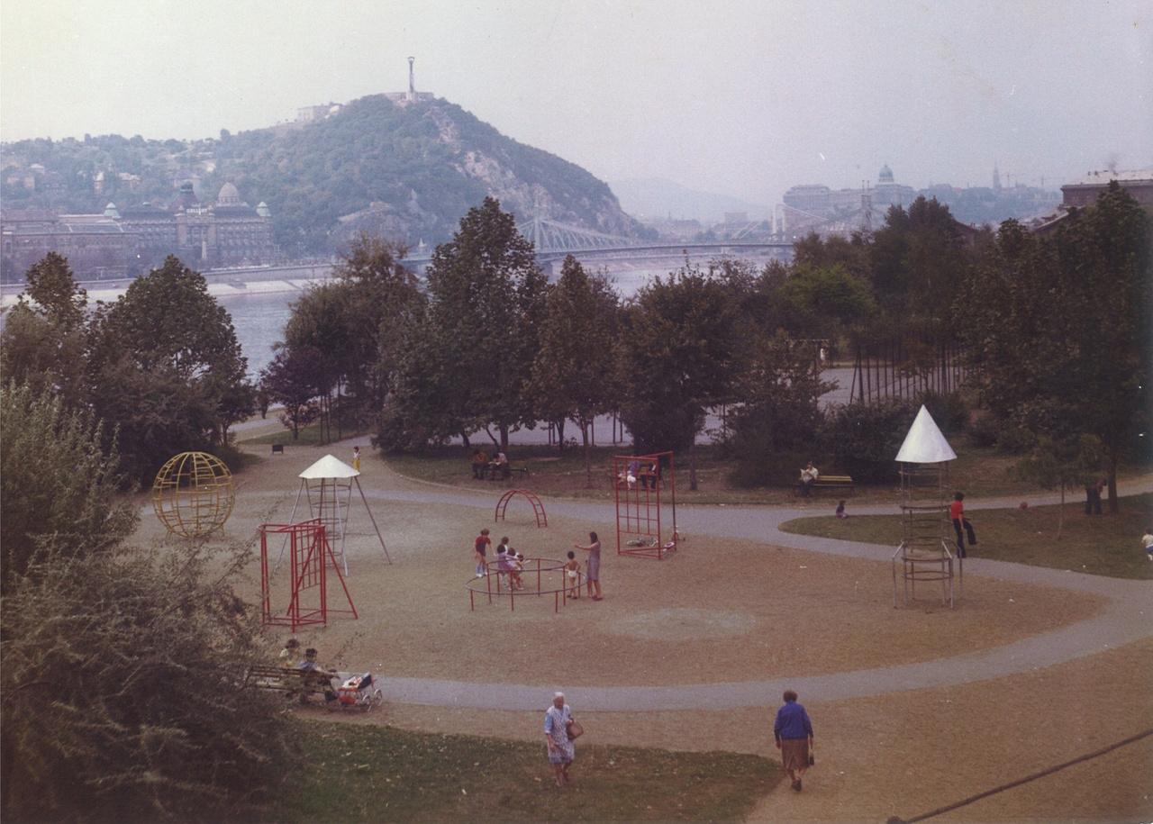 Az olcsón előállítható, könnyen fenntartható parkokat részesítették előnyben a szocializmus idején, a játszóterek pedig az egész országban ugyanazokból a szabványos játékelemekből álltak össze. Így születtek meg az olyan sivár területek, mint a Néhru part. Lehetne egy tetszőleges játszó, az ország bármelyik lakótelepén.