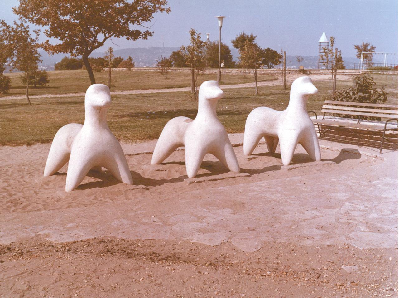 Átadás előtt a Kőcsikók a Gellért-hegyen. Legalábbis a legtöbben ilyen néven emelgetik a három szobrot, de vannak tájépítészek, akik Kőkutyáknak hívják. Barta Lajos 1965-ös alkotásának eredeti neve amúgy Lovacskák, de tulajdonképpen mindegy is, hogyan nevezzük őket. A lényeg, hogy igazi szeretni és megmászni való bucibaba állatok.