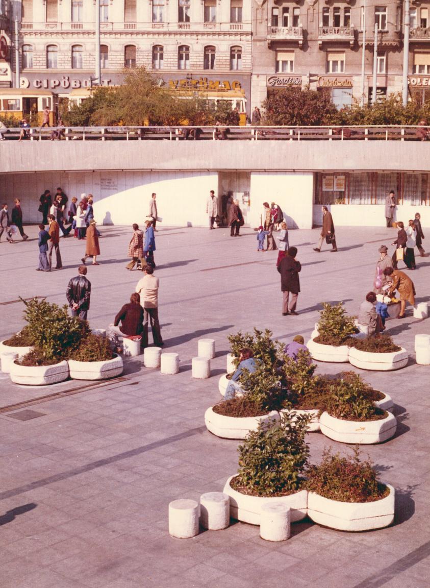 A metró mindig is modern dolog volt, mindig is friss megoldások kísérték. A Baross tér süllyesztett része a Keleti pályaudvar előtt, a hatszögletű hatalmas műkő virágládákkal még mai szemmel is nagyon menőn néz ki. Nem mintha az új közlekedési csomópont ne lenne jól kitalálva a helyén.