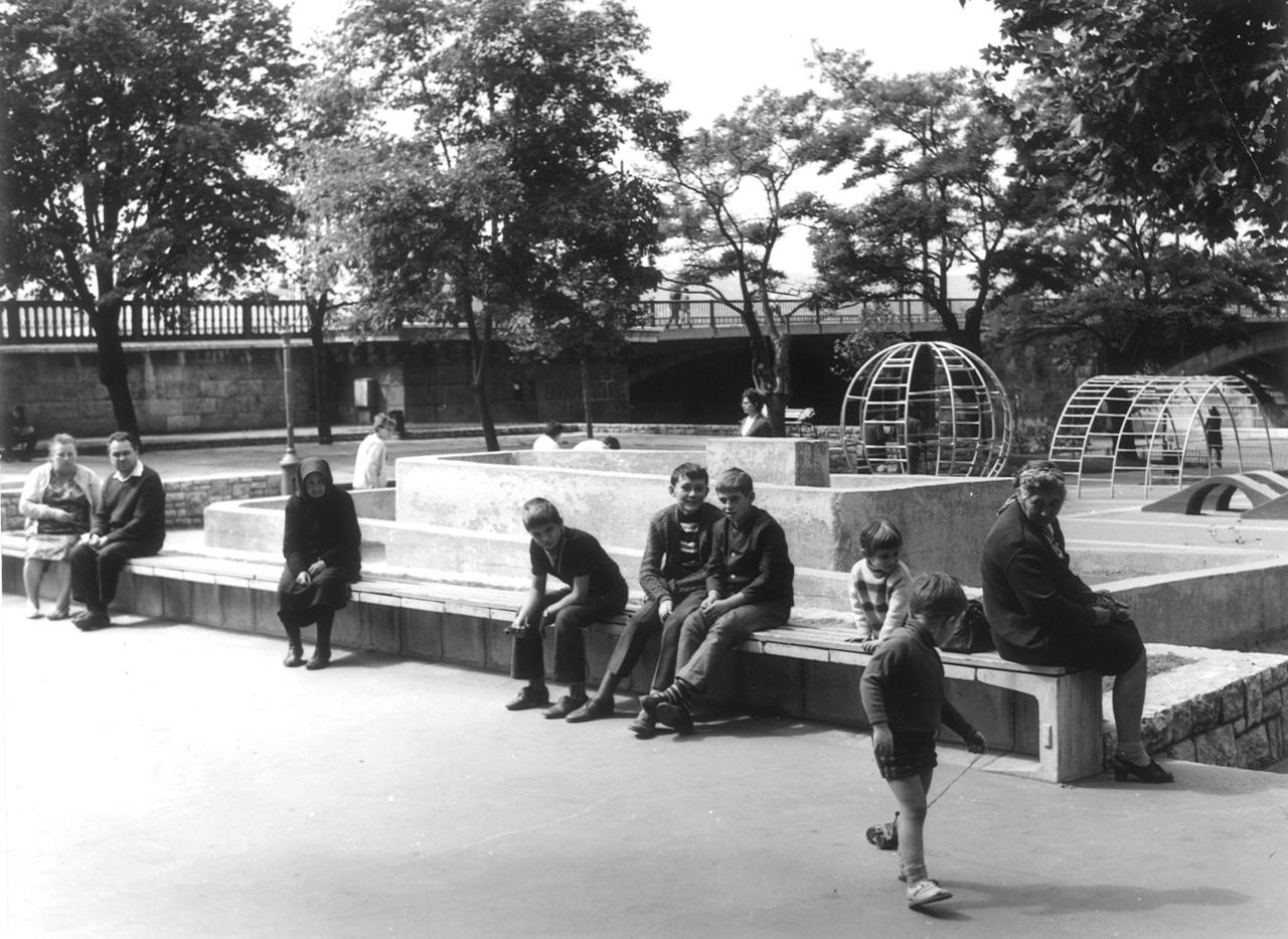 A játszótérépítés 1968-ban kapott nagy lendületet, ez volt ugyanis az egyik Nemzetközi Gyermekév. A Köztársaság téren például vizes játszót alakítottak ki. A Diószegin, a Városligetben és a Vérmezőn nem csak játszóeszközök voltak, de játékkölcsönző is működött. Képünkön a Jászai Mari téri park gömbmászókákkal.