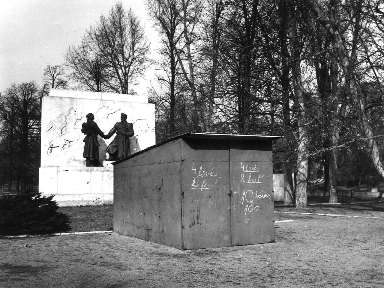 Ez is a Városmajor. A háttérben Kisfaludi Stróbl Zsigmond műve, az 1941-ben még felállított Tábori vadászok emlékműve. Ekkorra már újrafaragtatták az egyik alak sapkáját, mert túl csendőrös volt, de az alkotás szerencsére megmaradhatott. Állítólag nem nagyon tudták, mit ábrázol. Sőt, kissé bizarr módon felállítottak előtte egy alkalmi céllövöldét.