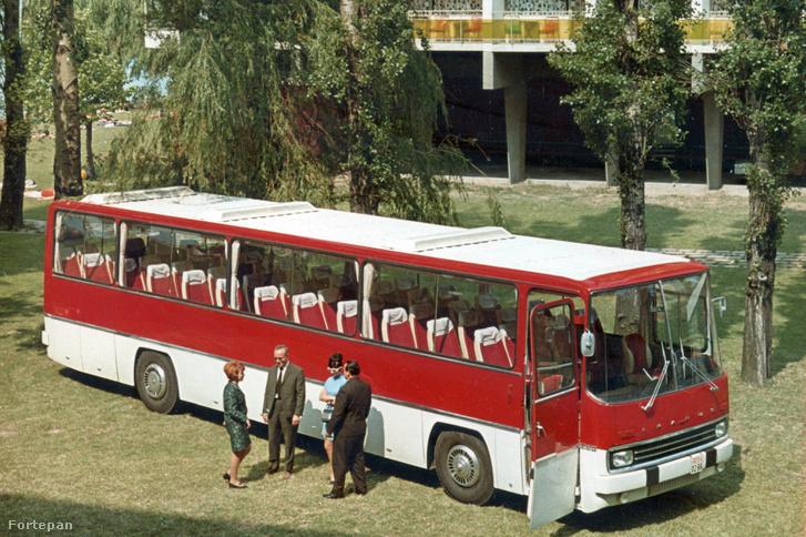 Az Ikarus 250 típusú autóbusz prototípusa a Hotel Hungária előtt Siófokon 1970-ben. Balról a második Finta László, a busz formatervezője.