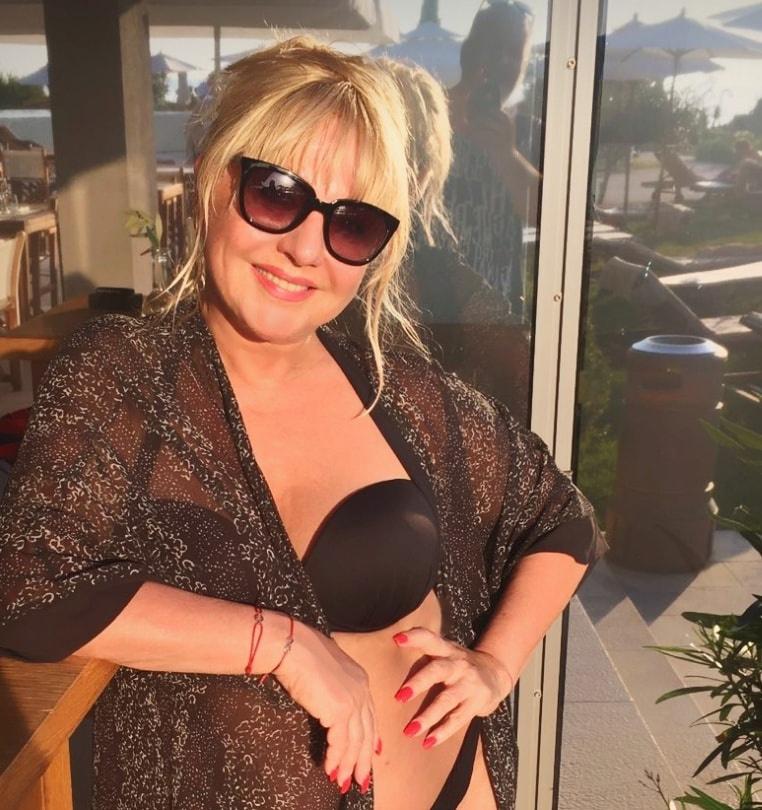 """Zoltán Erika 56 évesen is """"túl szexi lány"""" – írták nagy slágerére utalva bikinis fotója láttán a kommentelők."""