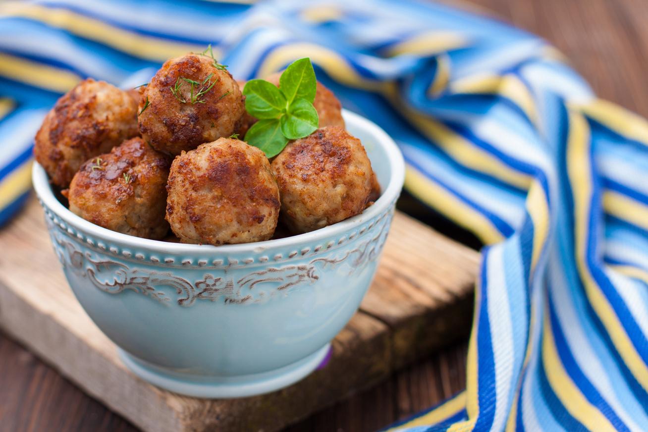 Fűszeres húsgolyók mozzarellával töltve: ez az egy hozzávaló csodát tesz vele