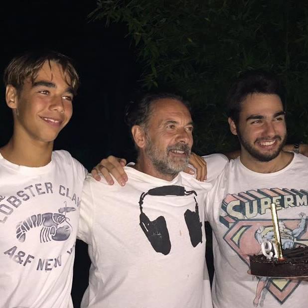 Zsidró Tamás két nagy fiával. A kép jobb oldalán a 21 éves Dominik, a bal oldalon pedig a 16 éves Dániel látható.