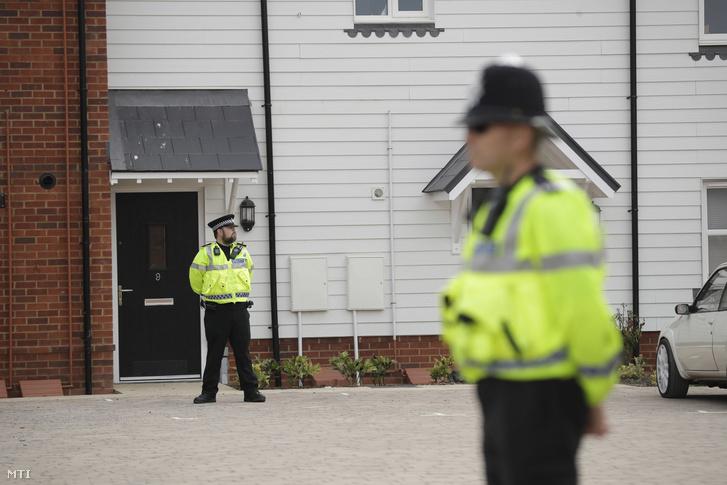 Rendőrök egy vizsgálat alá vont lakóépületnél a délnyugat-angliai Amesburyben 2018. július 4-én.