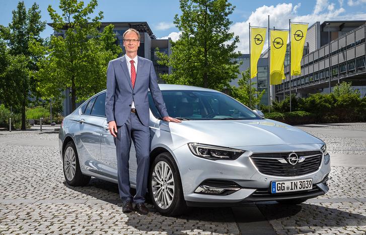Loscheller igazgató kellemetlen helyzetben van: úgy kéne szabadulnia négyezer mérnökétől, hogy megmaradjon az állásuk, és mégse az Opel fizesse a bérüket.