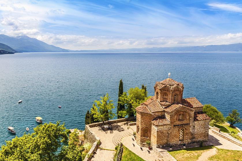 A szirttetőn álló St. John Kaneo-templom meghatározza Ohrid látképét. A 13. században épült műemlék kertjéből gyönyörű kilátás nyílik a tóra.