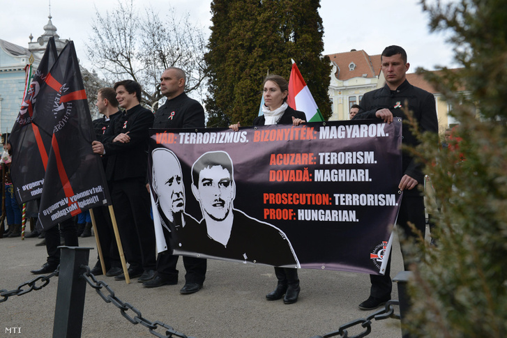 Beke István, a Hatvannégy Vármegye Ifjúsági Mozgalom (HVIM) erdélyi elnöke és Szőcs Zoltán, a HVIM kézdivásárhelyi elnöke, a két terrorizmussal vádolt, vizsgálati fogságban lévő fiatal mellett demonstrálók Kézdivásárhelyen 2016. március 15-én.
