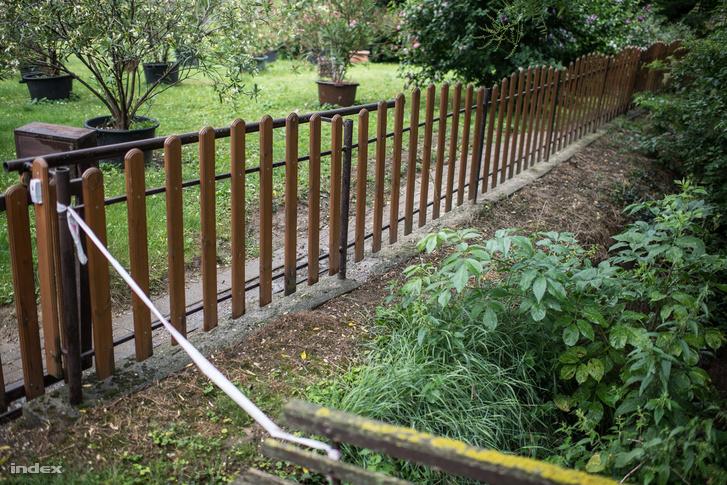 A patak vize alámosta a kerítést