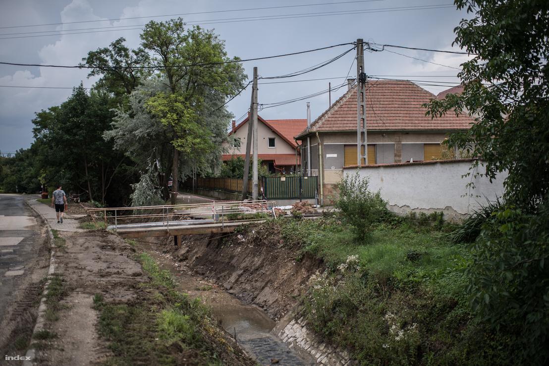 Pilisborosjenő egyik utcája, ahol a munkások a patakmeder mindkét oldalán gyakorlatilag tarvágást csináltak