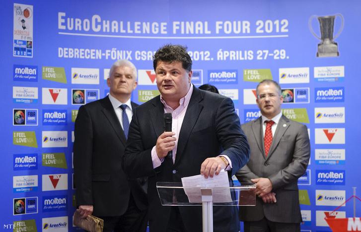 2012. április 11. Nyerges Zsolt, a Szolnoki Olaj KK ügyvezető igazgatója beszél az Eurochallenge négyes döntőjéről tartott sajtótájékoztatón, a debreceni Hotel Divinusban. Mögötte Szalay Ferenc Szolnok és Kósa Lajos, Debrecen polgármestere (b-j) áll.