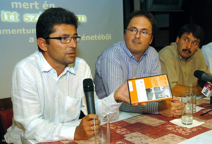 2008. szeptember 3. Várhegyi Attila producer (b) Káel Csaba rendező (k) és Áder János az Országgyűlés fideszes alelnöke (j) a film szakértője a Mert én itt születtem - dokumentumok a Fidesz történetébõl címû a Fidesz megalakulásának 20. évfordulója alkalmából készült DVD-rõl tartott sajtótájékoztatón egy budapesti étteremben.
