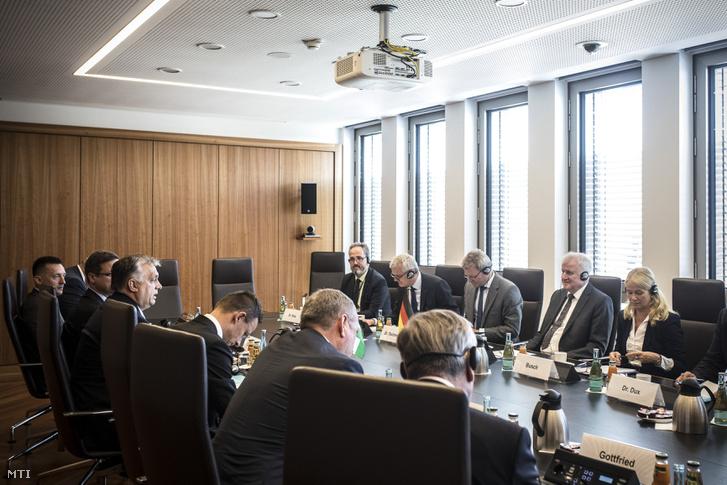 A Miniszterelnöki Sajtóiroda által közreadott képen Orbán Viktor miniszterelnök (b3) és Horst Seehofer német belügyminiszter, a bajor Keresztényszociális Unió (CSU) elnöke (j2) megbeszélést folytat Berlinben 2018. július 4-én. A kormányfő mellett balról Rogán Antal, a Miniszterelnöki Kabinetirodát vezető miniszter (b), Gulyás Gergely, a Miniszterelnökséget vezető miniszter (b2, takarásban) és Szijjártó Péter külgazdasági és külügyminiszter (b4).