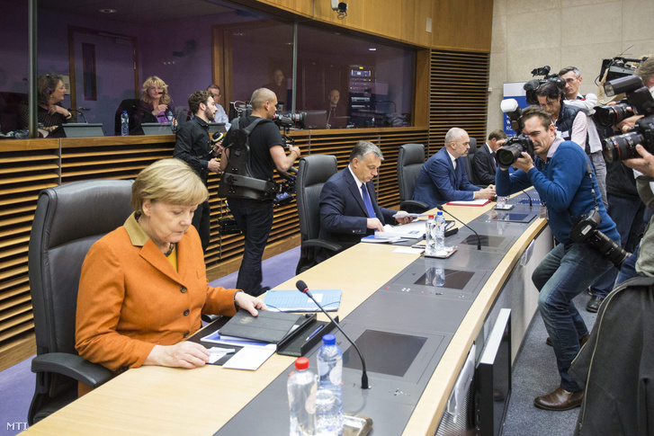 Angela Merkel német kancellár (b) és Orbán Viktor miniszterelnök (b2) az európai menekültválságról rendezett rendkívüli csúcstalálkozó kezdetén az Európai Bizottság brüsszeli székházában 2015. október 25-én.