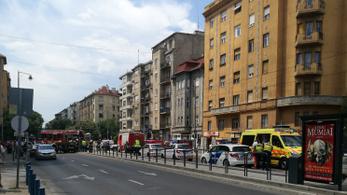 Autó és villamos ütközött a Kosztolányin