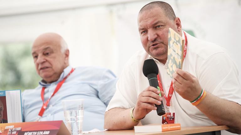 Magyar emberek magyar fegyvert adnak magyar katonák kezébe