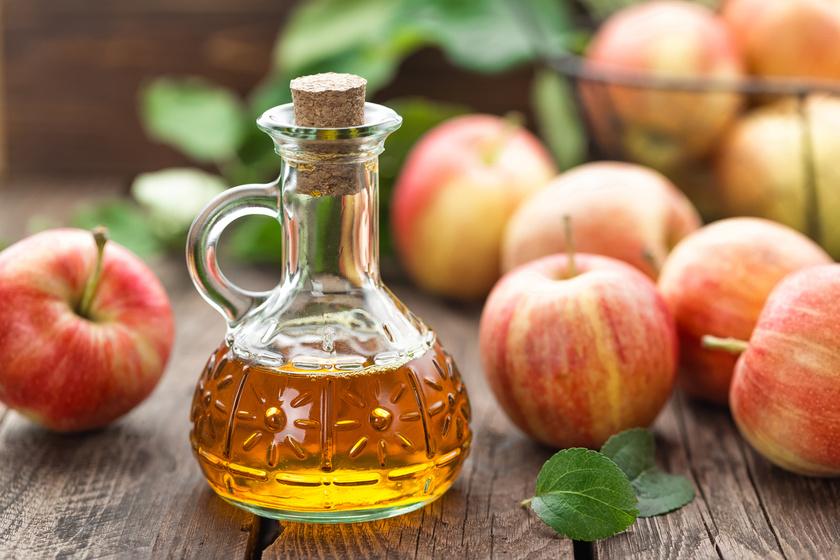Az almaecet világosítja a bőrt, és segít visszaállítani a természetes színét. Keverj el egy evőkanálnyit ugyanennyi vízzel, majd vattával vidd fel az arcodra, hagyd hatni 10-15 percig, majdmosd le. Esténként ismételd.