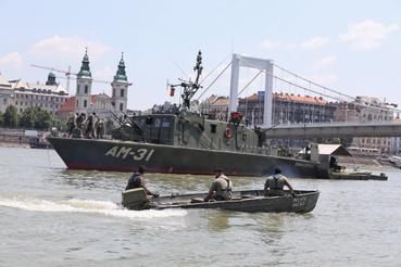 A bombát az úsjpesti Hadikikötőbe szállítják.