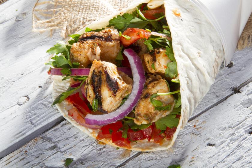 Tortillatekercs grillezett csirkemellel és zöldségekkel: a tésztát is elkészítheted saját magad