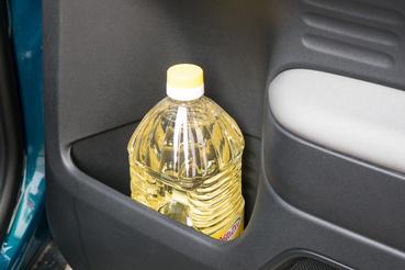 A hatalmas hátsó rekesz, a képen látható étolajos flakon 2 literes