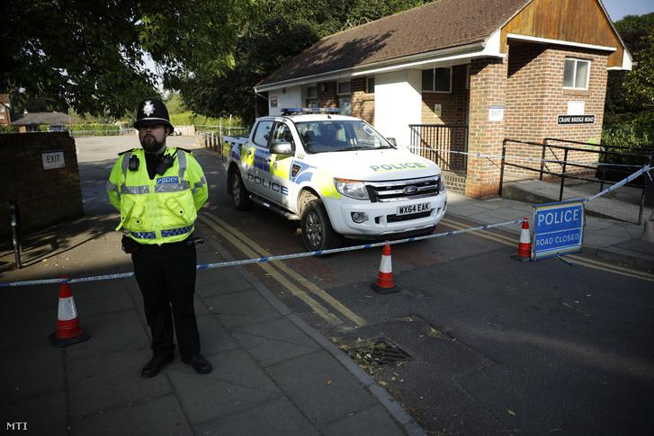 Rendőr áll egy lezárt utcaszakasznál a délnyugat-angliai Salisburyben tartott nyomozás idején, 2018. július 5-én.