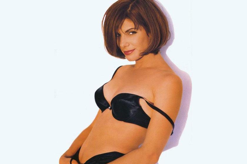 Sandra Bullock vadítóan szexi fotózásokat is bevállalt a kilencvenes években. Itt csak egy apró fehérneműt viselt.