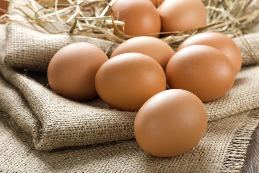 A tojásban rengeteg a protein, az egészséges zsír és a fontos tápanyag. A fehérjék aminosavakból állnak, és a tojásban sok a leucin nevű aminosav, ami különösen fontos az izomépítéshez.