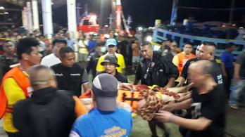 Felborult két turistákkal teli csónak Phuketnél, 27 halott