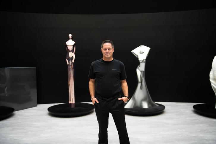 Gorden Wagener két szoborral