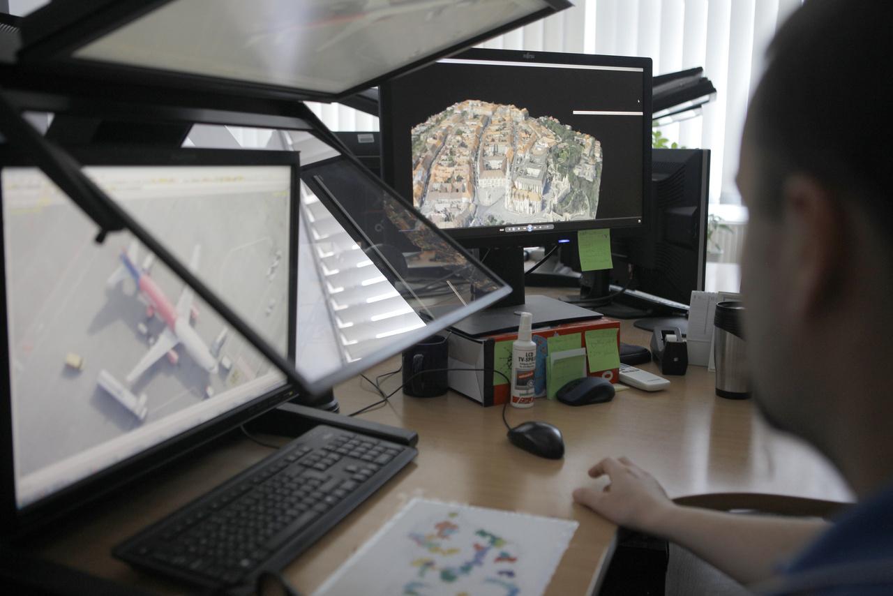 Végezetül kis betekintés a FÖMI-ben folyó fotogrammetriai munkába: az itt fölállított speciális munkaállomásokon sztereó légifelvételek felhasználásával, szoftveresen, automatikus módszerrel generált, 3D-s digitális felszínmodellekkel dolgoznak a szakemberek. A légifelvételek színkészletével színezett, mozgó pontfelhők elképesztő részletességgel képesek megjeleníteni az ország különböző domborzati jellemzőkkel, felszínborítással bíró területeit.