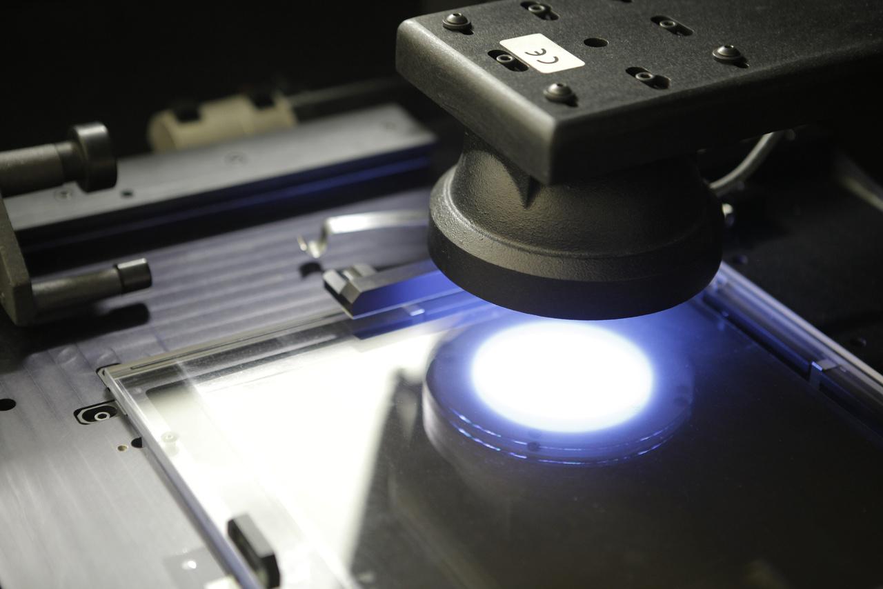 A Leica szkenner egy képet 1-2 perc alatt digitalizál. A folyamat lényege, hogy az olvasófejbe épített 29 megapixeles 12-bites kamera több – 36-49  – részletben lefotózza a fekete-fehér kép esetében fehér, színes kép esetében piros, zöld és kék fénnyel megvilágított negatívot és az így kapott részleteket automatikusan összefűzi a szkenner szoftvere. A szkennelés folyamatosan történik – bár a projekt véget ért –, saját forrásból, csökkentett kapacitással tovább folytatódik a munka, amely eredményeképp évente 10–20 ezer felvételt töltenek fel a fentrol.hu adatbázisába. A fentrol.hu-n 117 794 db légifelvétel tekinthető meg jelenleg.