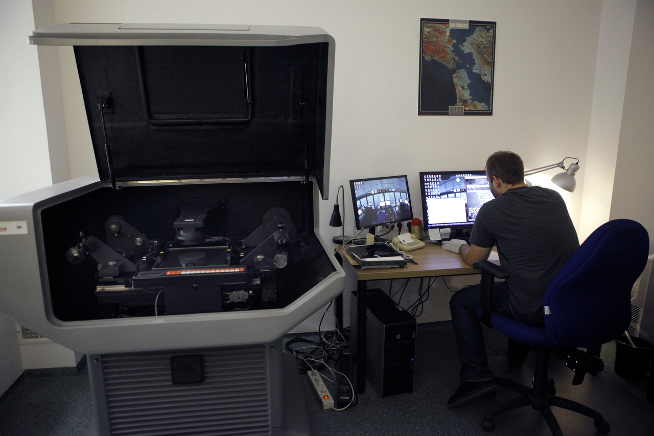 A digitalizálást két Leica Geosystems DSW 700 típusú speciális légifilmszkennerrel végzik. Egy ilyen – ma már nem gyártott – monstrum körülbelül hétmillió forintba kerül. Magyarországon csak itt, a Fővárosi Kormányhivatal Földmérési, Távérzékelési és Földhivatali Főosztályánál található ilyen berendezés.