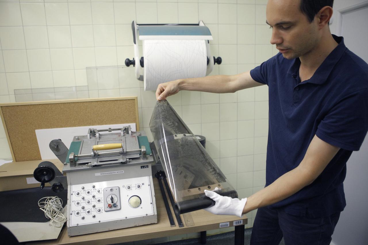 A negatívtekercsek feldolgozásában egy koros, még Csehszlovákiában gyártott tekercselőgép segít. A digitalizálandó képek kiválasztásakor az elsődleges szempont az állapotmegóvás volt, ezért  a projekt indulásakor a több évtizedes tárolás során leginkább károsodott, legrosszabb állapotú és legveszélyeztetettebb filmeket vették előre a szakemberek.