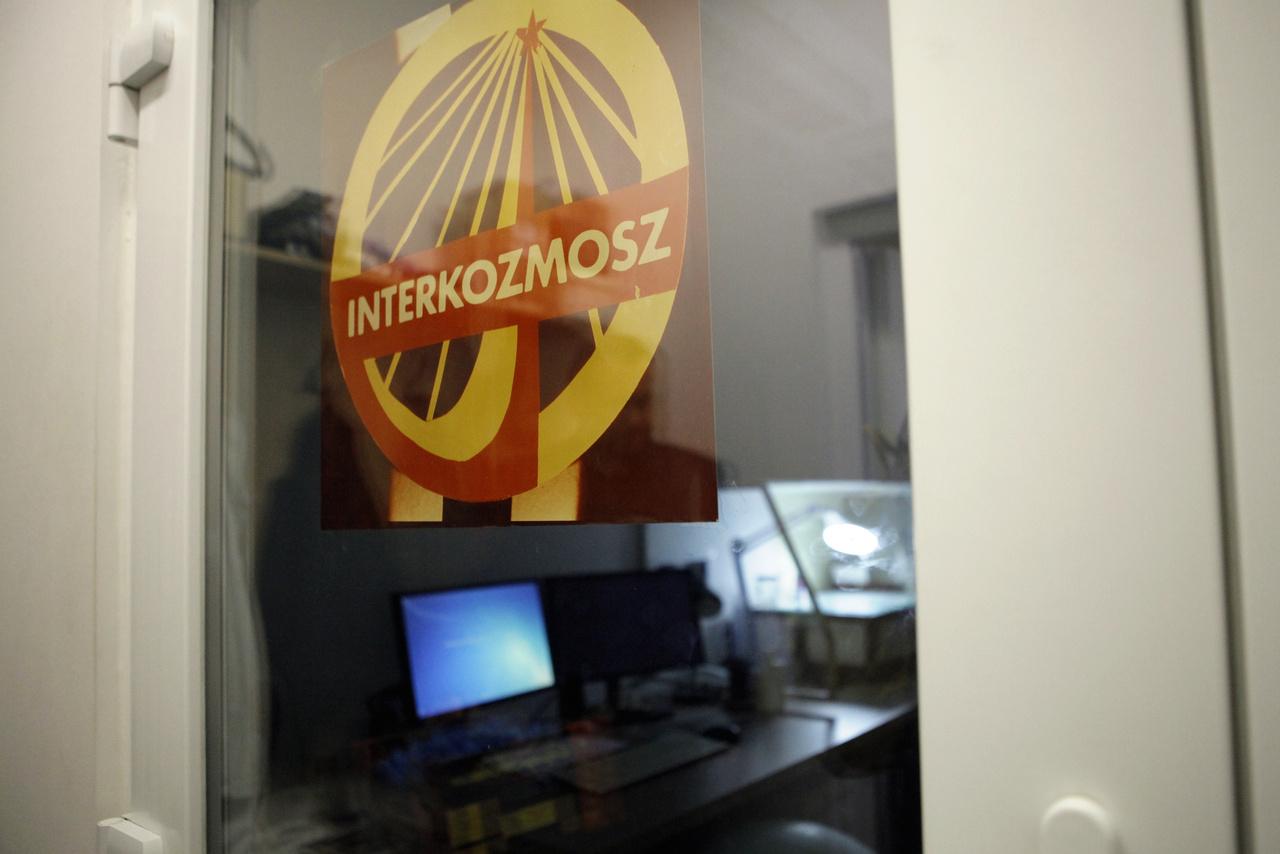 A Farkas Bertalan küldetésére utaló Interkozmosz-címer mögötti, hermetikusan zárt, túlnyomásos, pormentes szobában dolgoznak a filmtárban tárolt negatívokat szkennelésre előkészítő szakemberek.