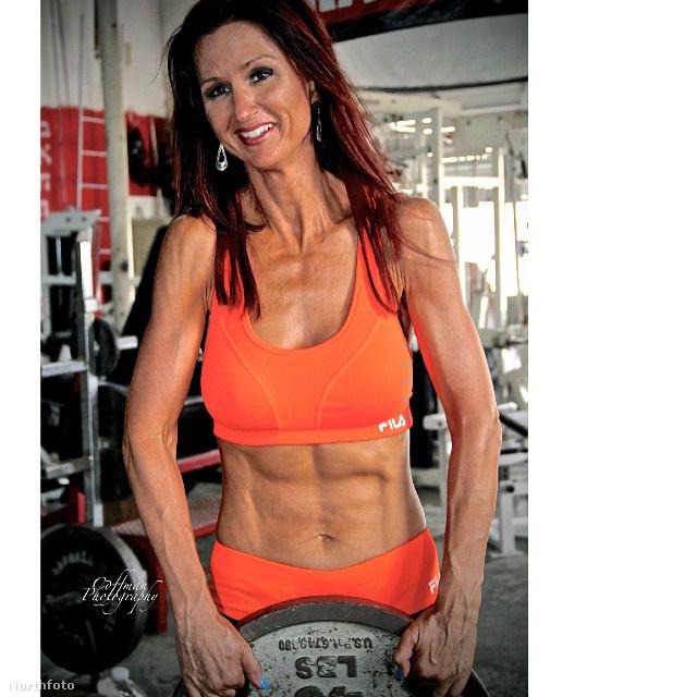 Az asszony ugyanis az elmúlt években leadott  több mint tíz kilót és elég impozáns izmokat növesztett a zsírpárnák helyére.