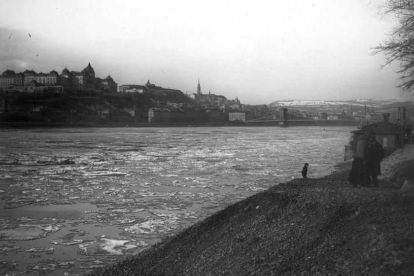Ha már mesés királyság: a királyi palota és a Lánchíd a zajló Duna ölelésében, 1903.