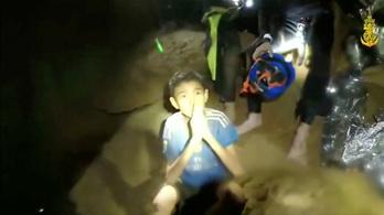 A futball-vb-ről érdeklődtek a barlangban rekedt thai gyerekek