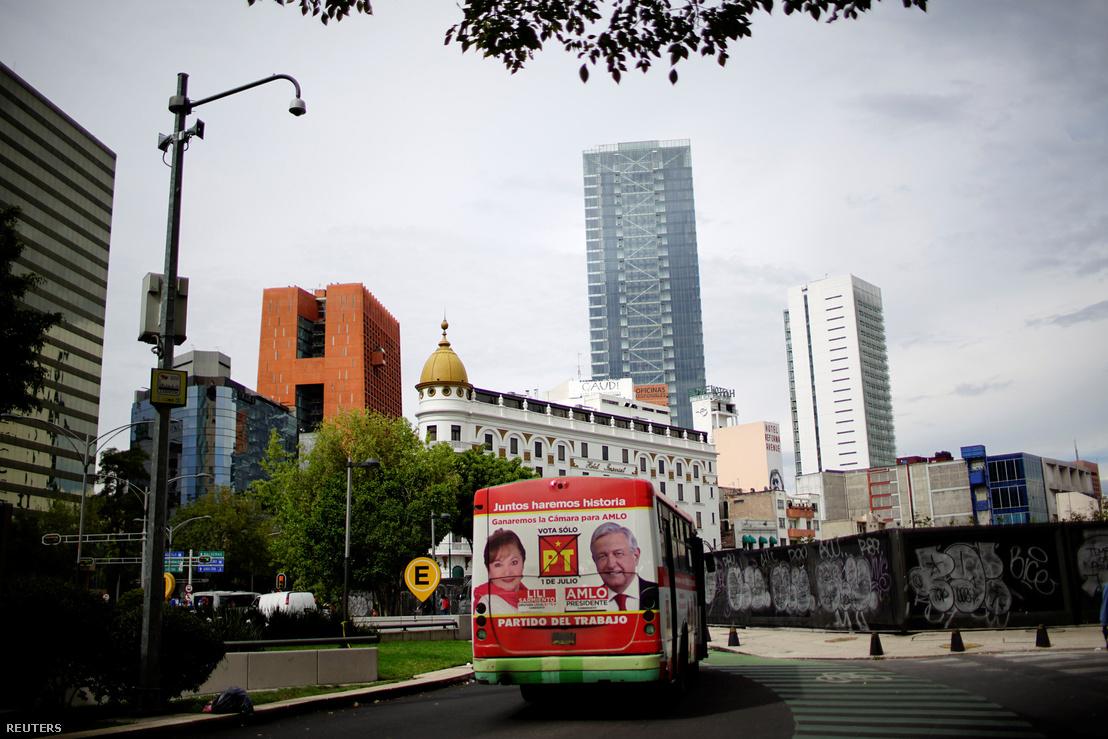 Lopez Obrador portréja egy mexikóvárosi buszon