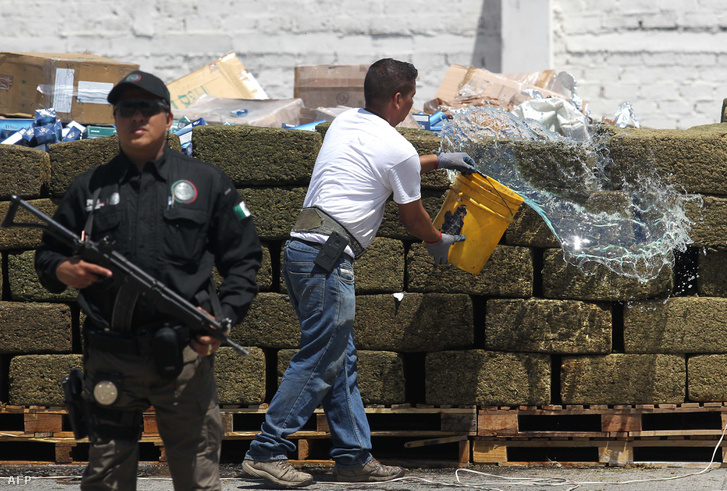 Égetéshez készítenek elő egy drogfogást az állami ügyészség egyik telephelyén.