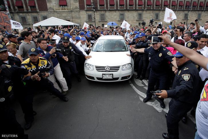 Lopez Obrador autója az elnöki hivatal előtt.